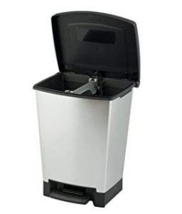 cubo de basura con tapa abierta