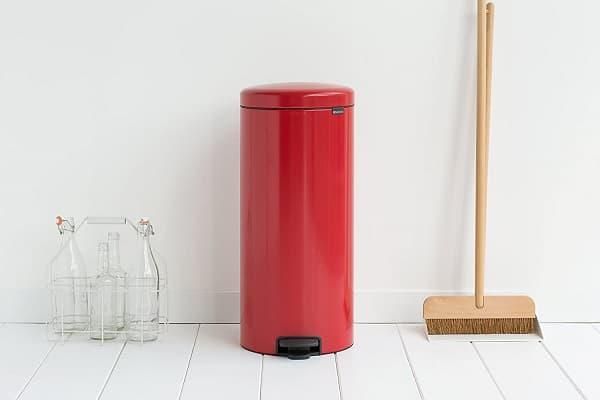 cubo de basura rojo