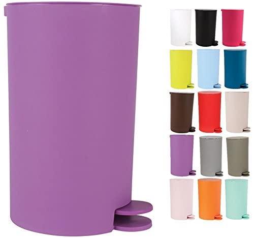 cubos de basura de diferentes colores